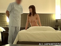 Masseuse pleases the pussy of a gorgeous Japanese chick