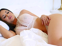 Kaylani Lei knows how to use a big vibrator before her boyfriend fucks her